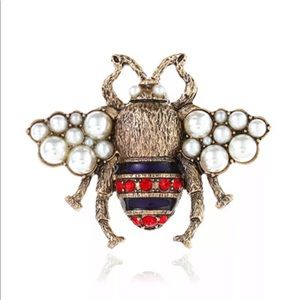 Jewelry - 🆕 PEARL RHINESTONE BROOCH